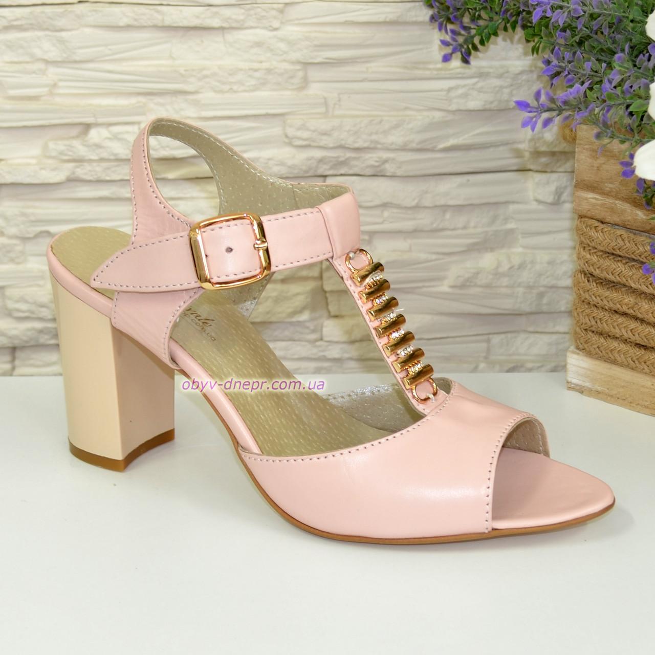 Женские кожаные классические босоножки на устойчивом каблуке, цвет пудра