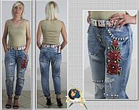 Джинсы женские летние рваные с камнями под жемчуг и вышивкой-аппликацией