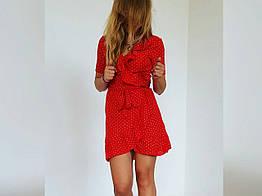 Женское красное платье в сердечки на запах