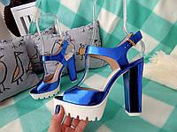 Босоножки женские синие (электрик) зеркальные на толстом каблуке и тракторной платформе