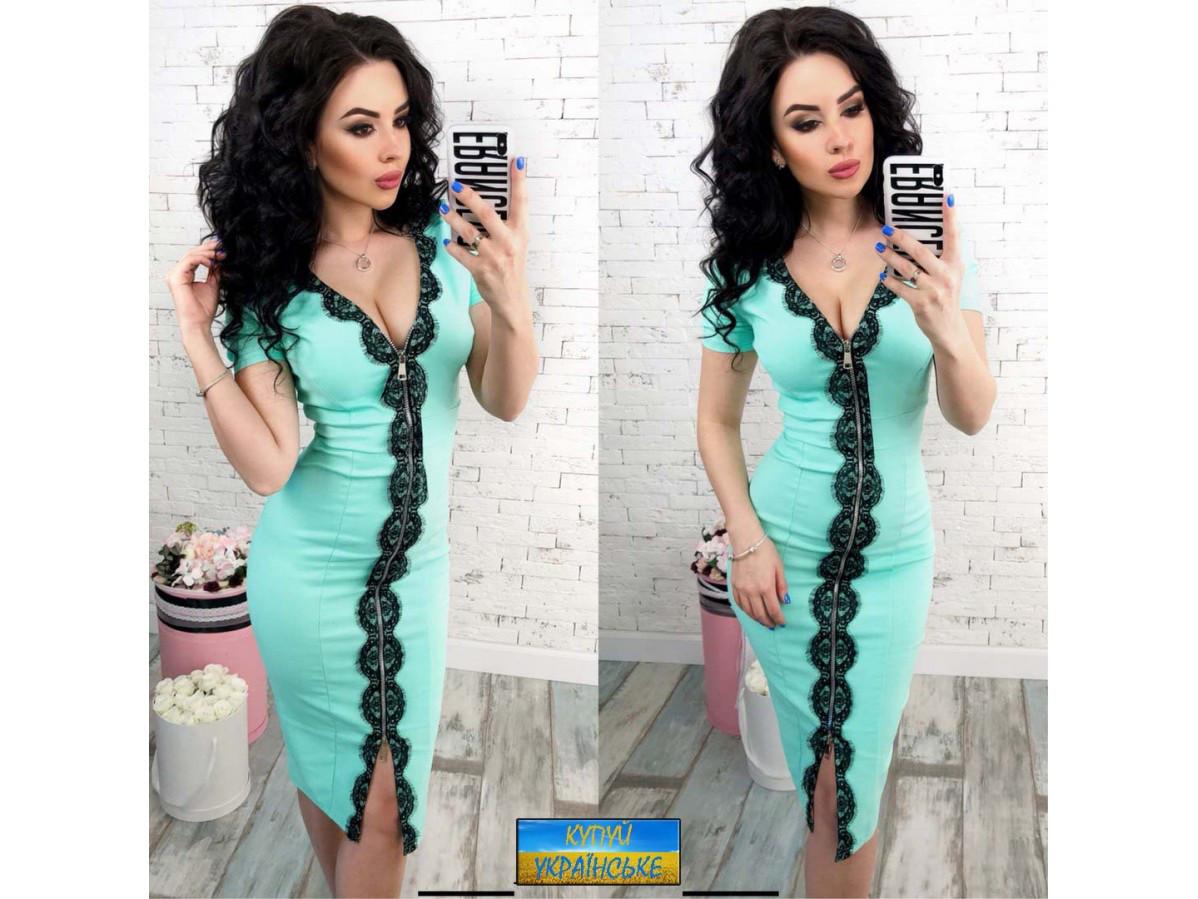 Женское облегающее платье с змейкой украшено кружевом 30024