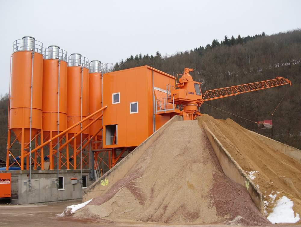 Стационарный бетонный завод ELBA EBC-S со звездообразным складом интертных материалов и радиальным скрепером