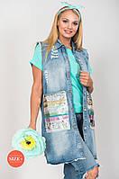 Удлиненный джинсовый женский жилет с большими накладными карманами с разноцветными пайетками в стиле грандж
