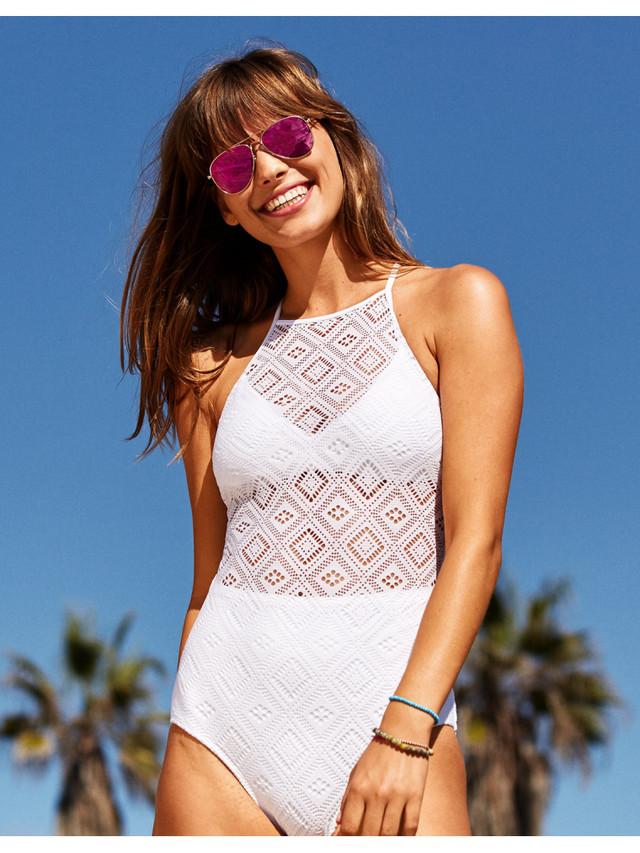4f59e16d32d34 Если вам также надоели купальники с рюшами, то в этом сезоне модные  дизайнеры рекомендуют обратить внимание на слитные кружевные купальники, ...