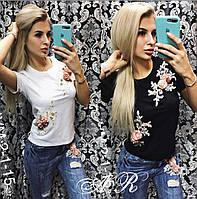 Женский костюм джинсы и футболка с нашивкой цветы