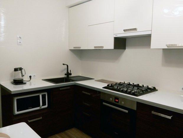 Кухня Глянцевый акрил зебрано и белый
