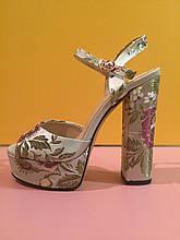 Серебристые босоножки на толстом каблуке с вышитыми цветами , копия