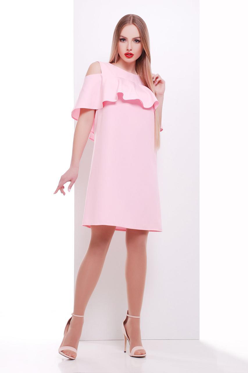 Летнее платье выше колен с рюшами с открытыми плечами прямое костюмка розовое