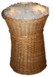 Корзина плетёная наполненная кристаллами соли