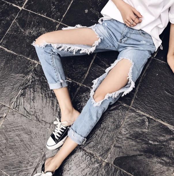 ea20752b461 Женские укороченные джинсы с дырками голубые - PrettyLady.com.ua в Каменском