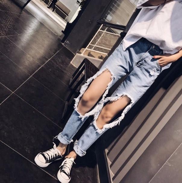 a6a7642cc8f Женские укороченные джинсы с дырками голубые. Продажа