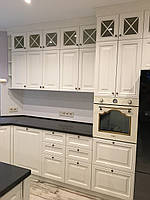 Кухня деревянная с островом, крашенная RAL-9010