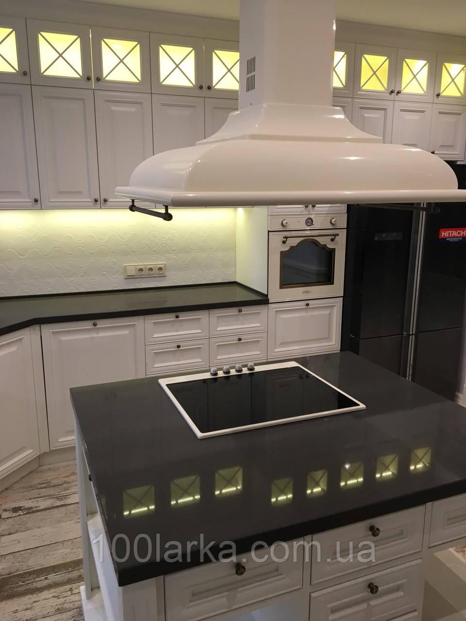 Кухня из дерева с кухонным островом. Цвет белый.