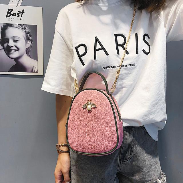 Сумочка через плечо с брошью розовая
