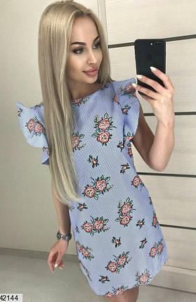 Красивое платье выше колен полуоблегающее с рюшами голубое в полоску с цветами, фото 2