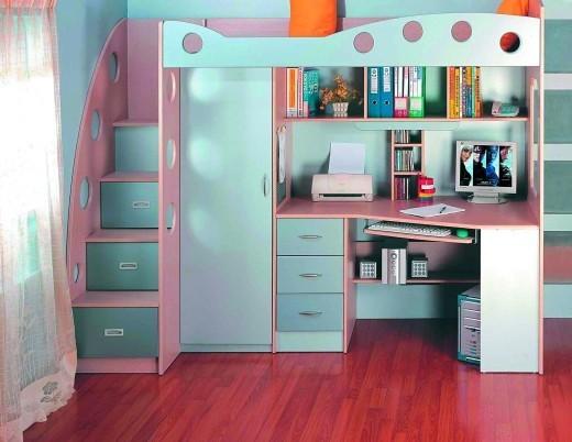 Кровать двухярусная, стол, шкаф.