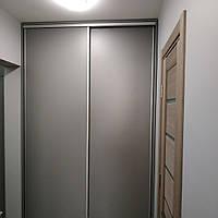 Шкаф купе c доводчиком на дверях встроенный