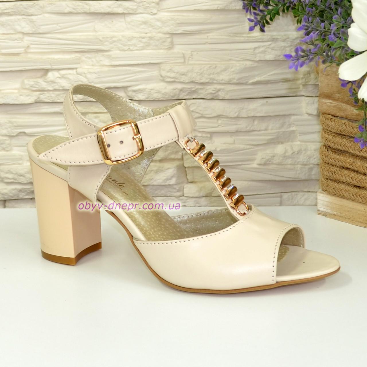 Женские кожаные классические босоножки на устойчивом каблуке, цвет бежевый