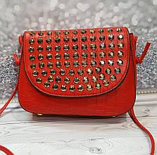 Красная сумочка с камушками