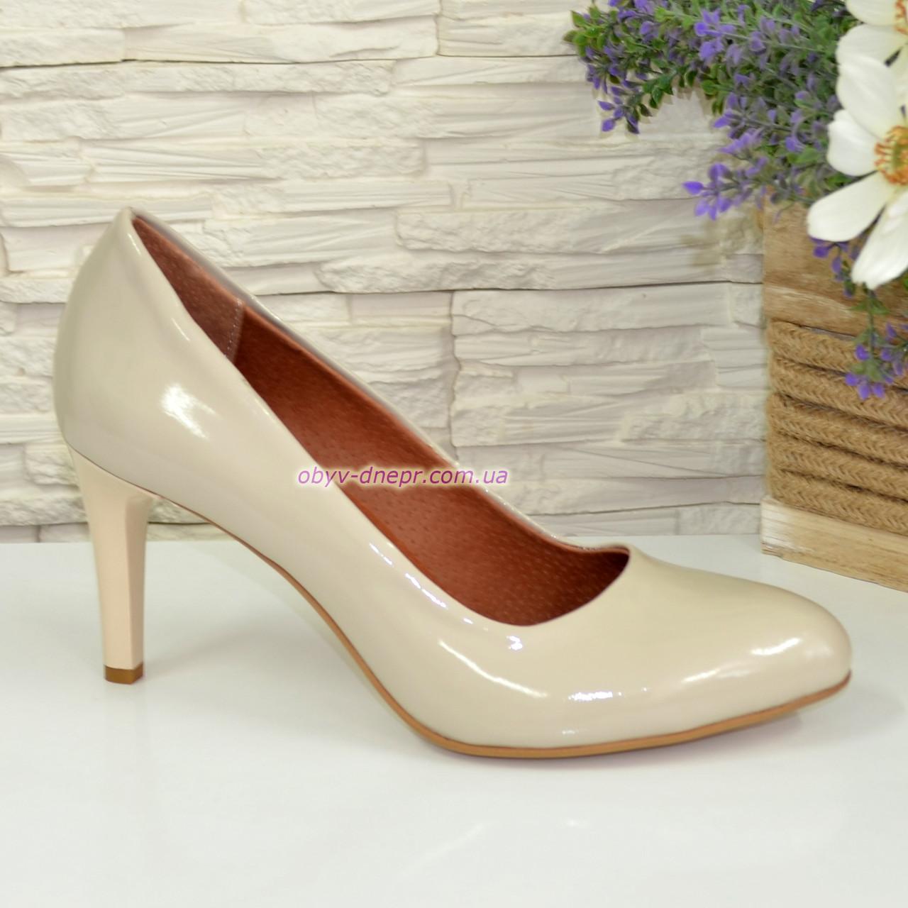 Женские классические лаковые бежевые туфли на шпильке
