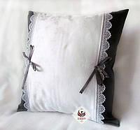 Элегантная декоративная подушка Classic с лентами и кружевом