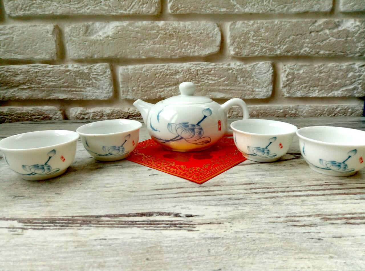Набор чайный. Чайник и 4 пиалки из фарфора.