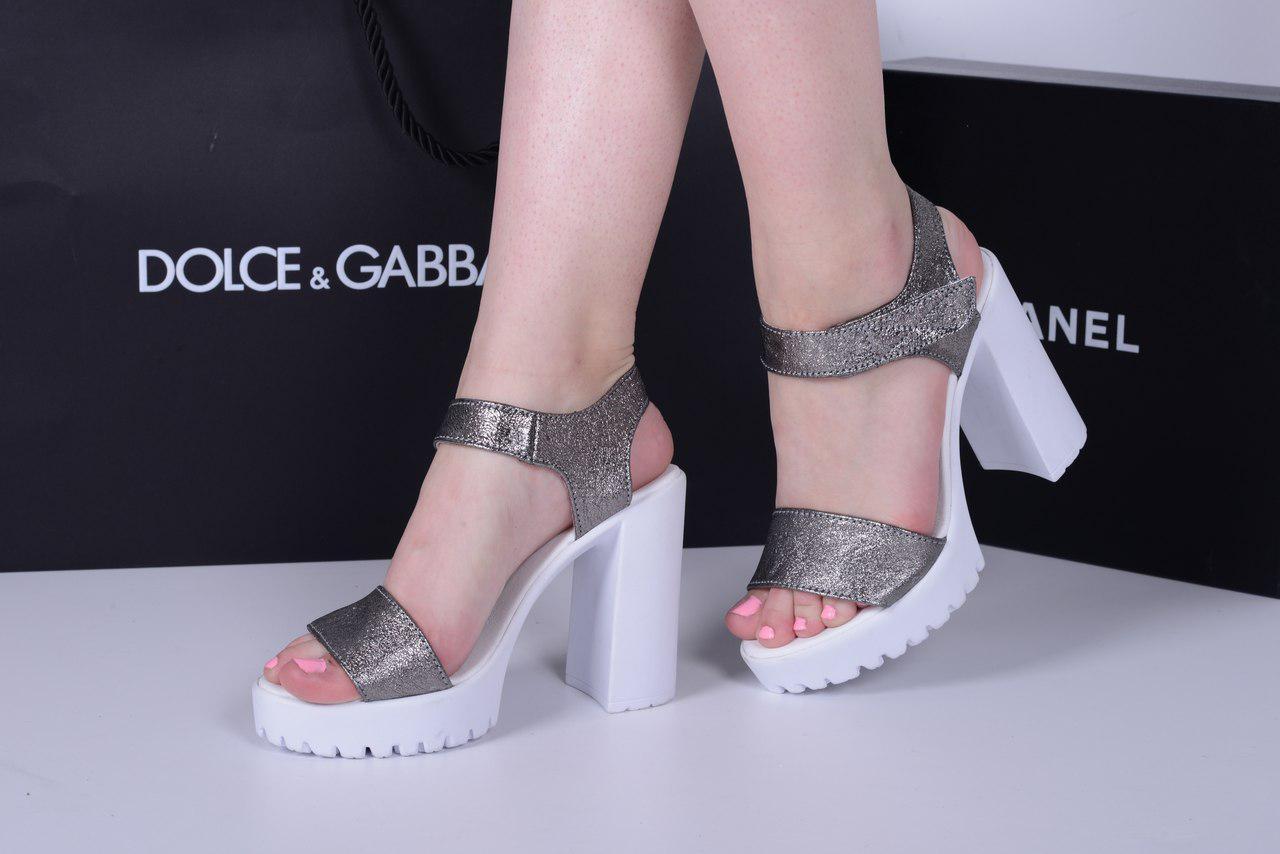 Босоножки с липучкой на каблуке серебро. Натуральная кожа