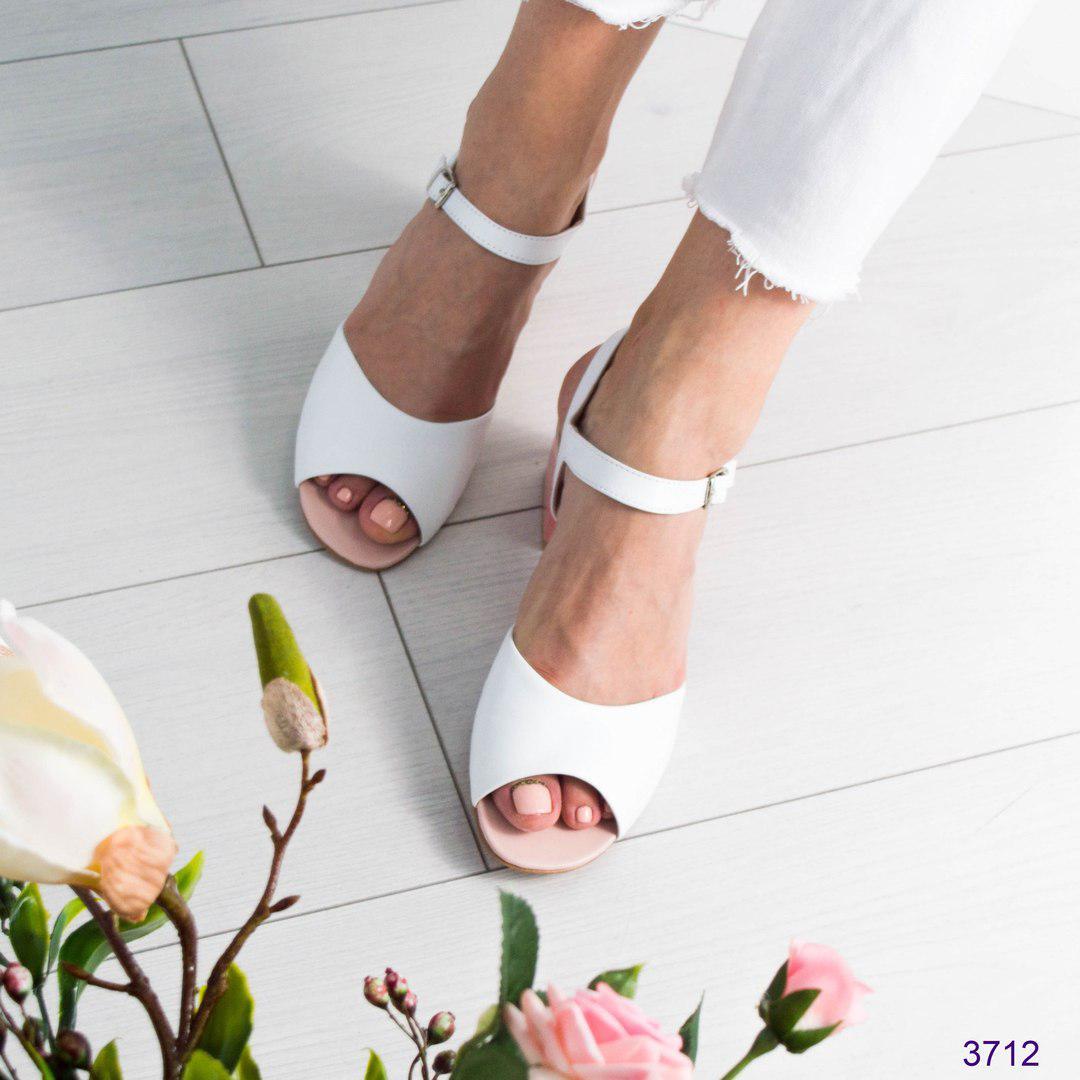 Босоножки женские на среднем каблуке белые