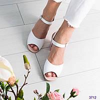Босоножки женские на среднем каблуке белые, фото 1