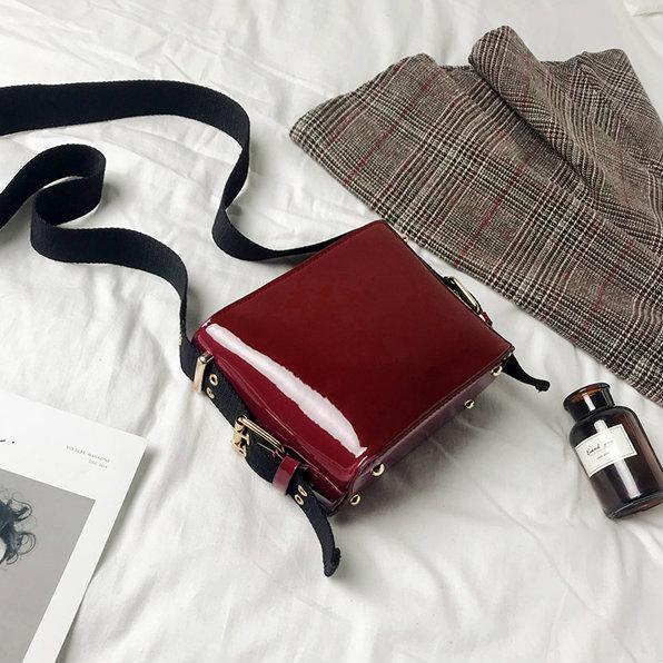 Лаковая мини сумочка через плечо красный