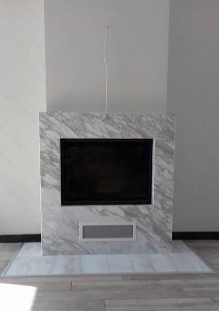 Готовый камин отделан мрамором «Royal white»