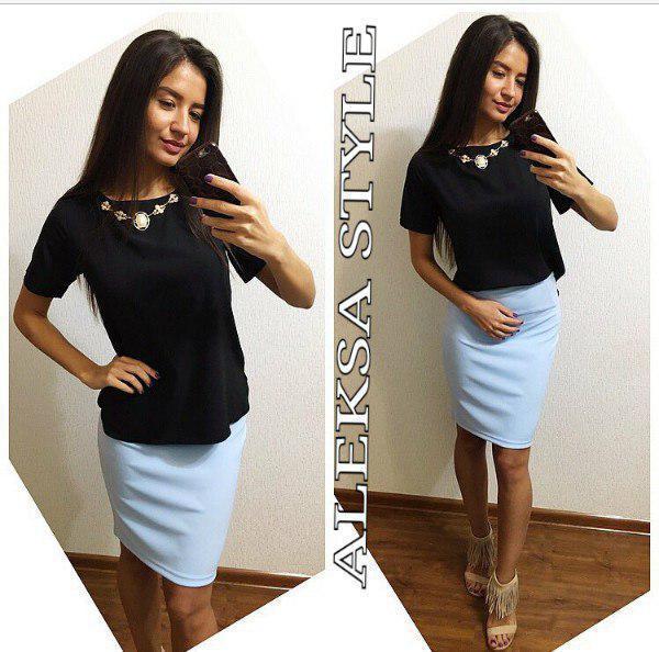 Костюм офисный юбка карандаш и блузка с украшением