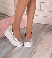 Натуральные кожаные туфли серебристого цвета на белой танкетке 9см, Украина