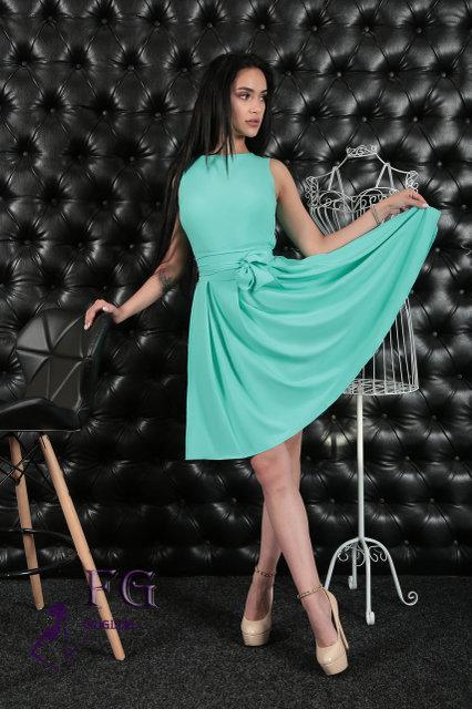 ee8e166a05f Платье с отрезной талией и пышной юбкой. На спинке платье застегивается на  потайную молнию. Длина пояса позволяет завязать его в красивый бант