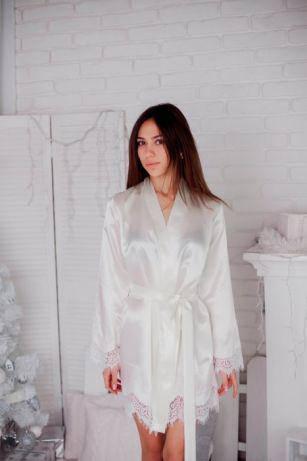 Женский атласный белый халат с кружевом на рукавах