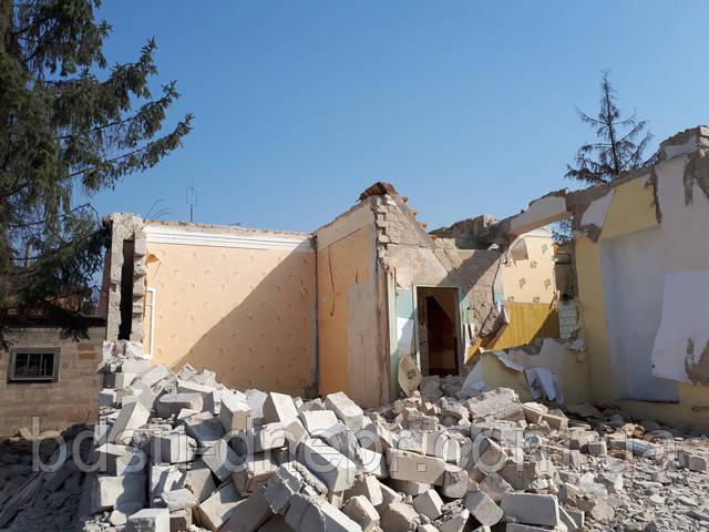 Снос  дома вручную в Днепропетровске с погрузкой и вывозом мусора