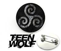 Значок брошь с изображением трискеля на волчьей шерсти Teen Wolf Волчонок