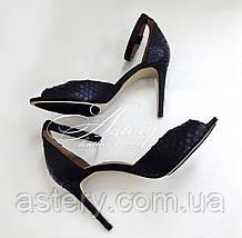 Женские черные босоножки из питона на каблуке шпильке
