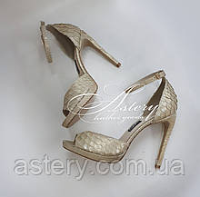 Женские золотисто-перламутровые босоножки из питона на высоком каблуке