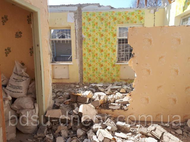 Разобранная стена в частном доме.