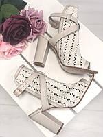Полузакрытые босоножки на каблуке с перфорацией