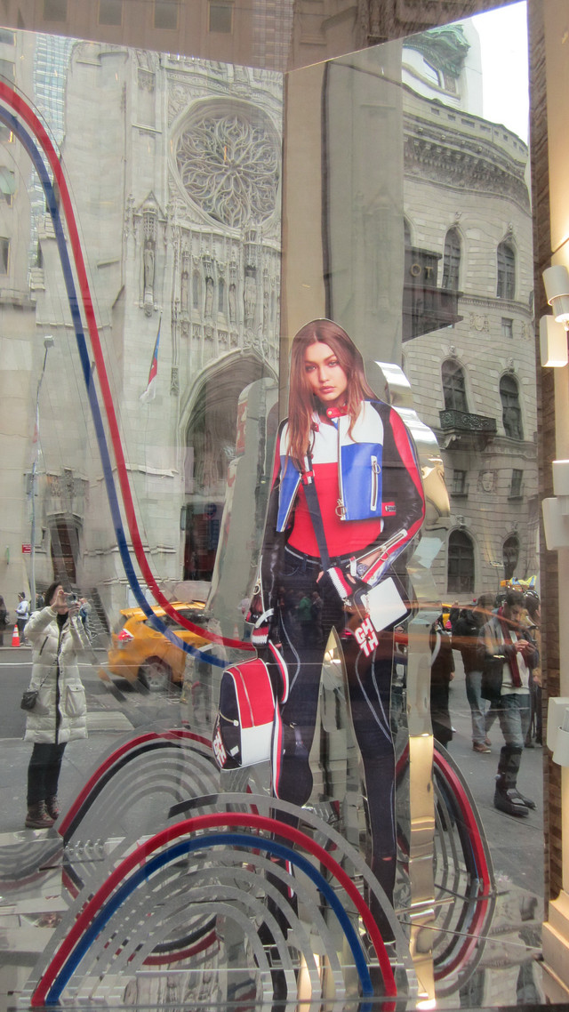 Раздел Брюки стрейч - Нью-Йорк,5 авеню,витрина магазина Allsaints