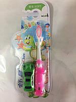 Зубная щетка детская с игрушкой.