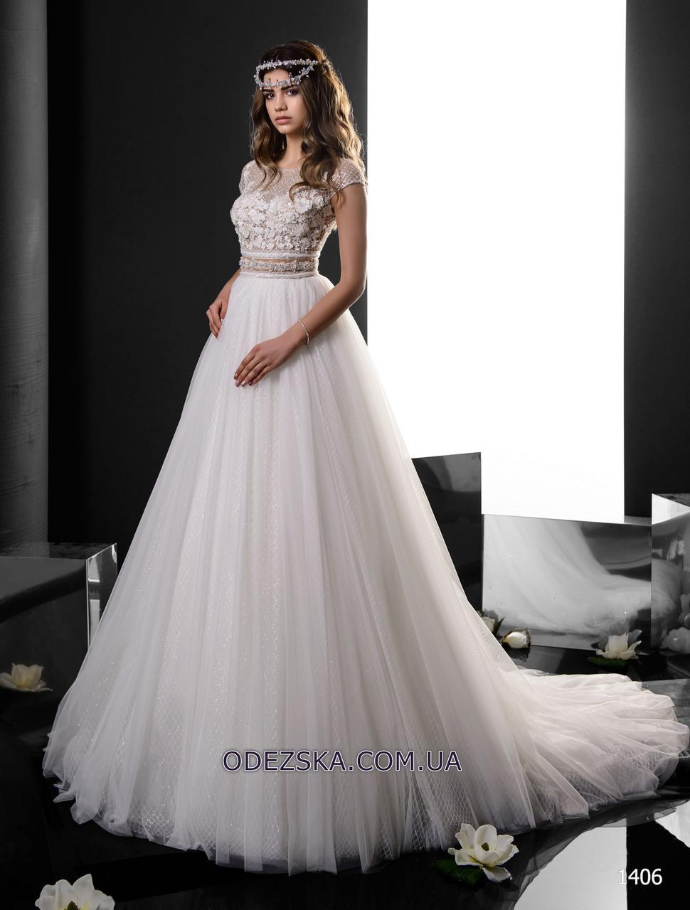 Нежное женское свадебное платье