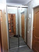 Гардеробная с раздвижными дверями зеркальными