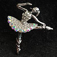 [32/37 мм] Брошь светлый металл танцующая балерина со стразами Хамелеон