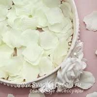 Лепестки роз молочные