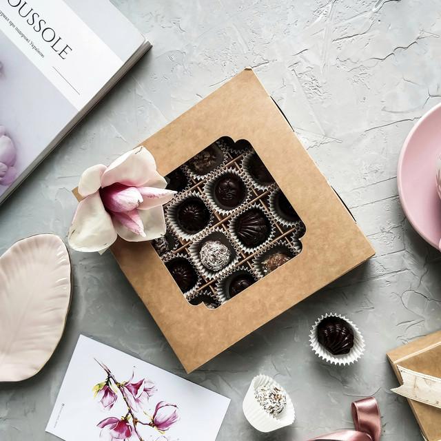 Коробка для конфет и шоколада с окошком