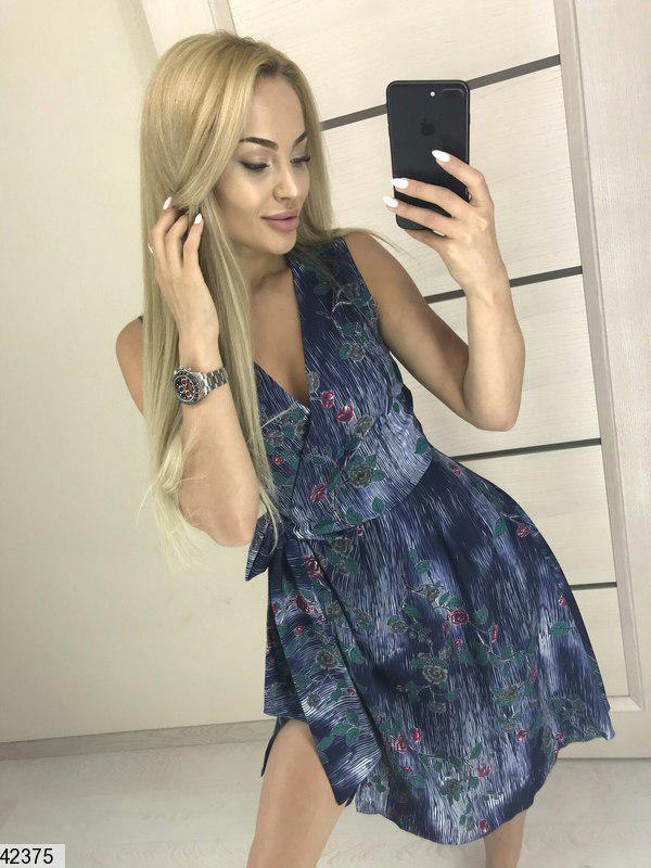 Легкое платье выше колен на запах полуприталенное принтованое темно синее