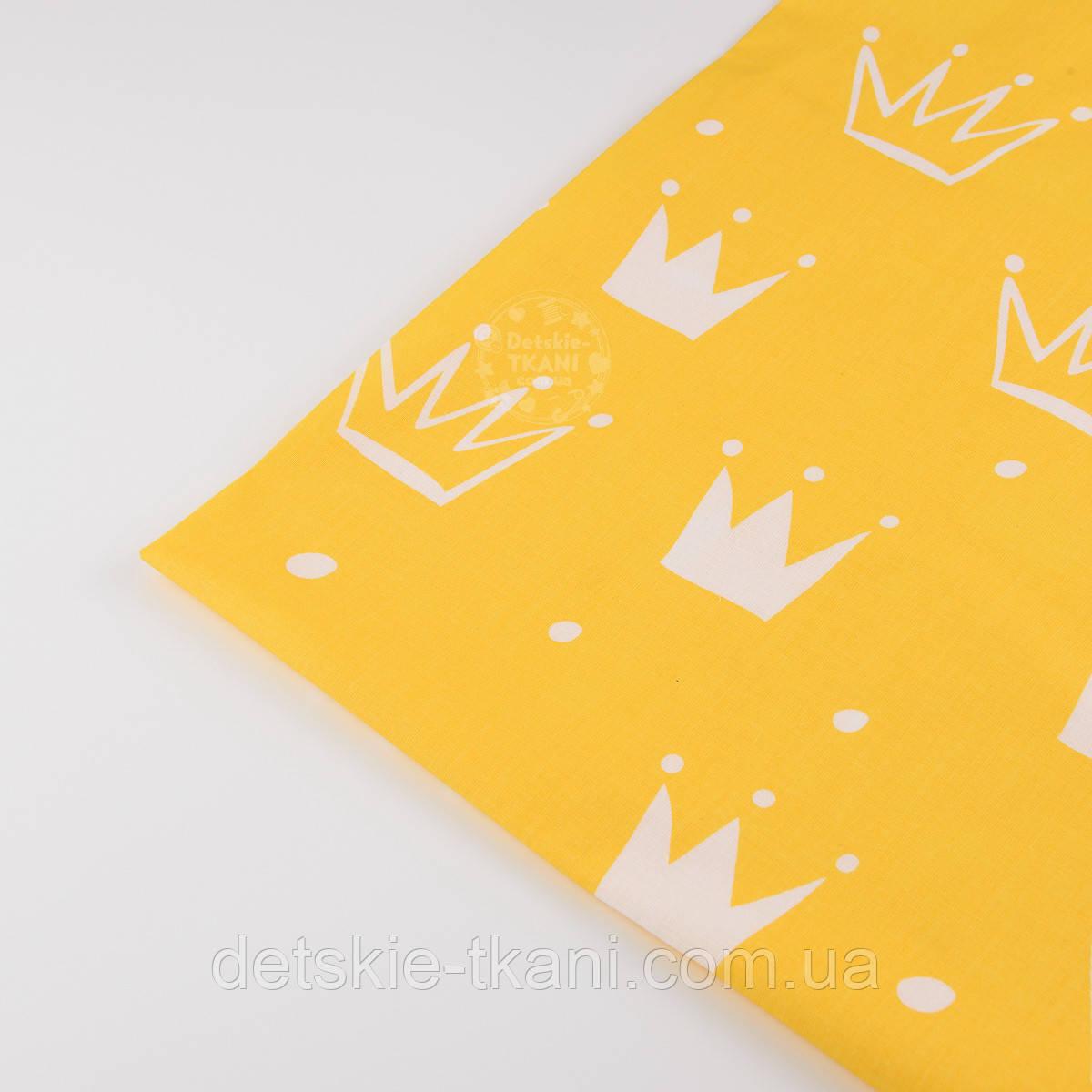 """Лоскут ткани №1335а """"Нарисованные короны"""" белые на жёлтом"""